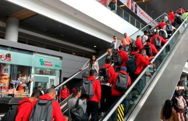 El plantel rojiblanco durante su escala en el aeropuerto El Dorado de Bogotá.