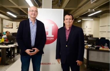 Los doctores Gabriel Echeverri y Gustavo Aroca en su visita a la redacción de EL HERALDO.