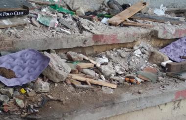 Las basuras y las heces deben ser recogidas por los residentes todas las mañanas.