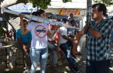 """Un joven aplica la """"inyección"""" contra la corrupción en la plaza Olaya Herrera de Sincelejo."""
