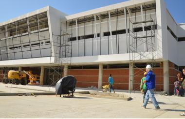 El alcalde de Soledad Joao Herrera durante un recorrido para inspeccionar los avances de la obra.