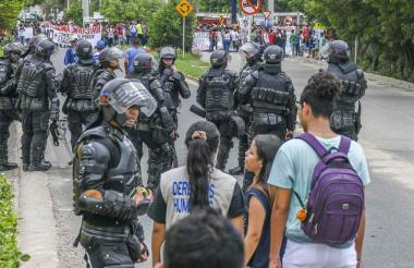 Enfrentamientos entre el Esmad y encapuchados durante protestas en el país.
