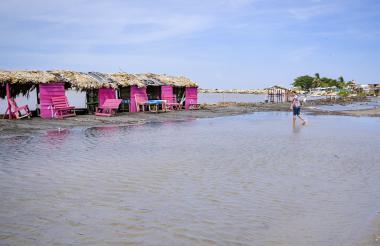 Casetas inundadas en la playa de Puerto Mocho.