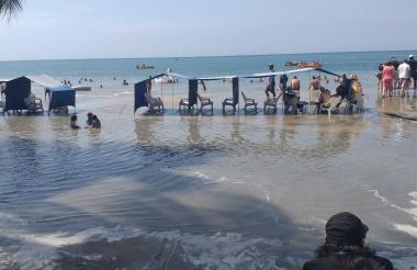 El área de carpas totalmente inundada en Santa Marta por efectos del fuerte oleaje.