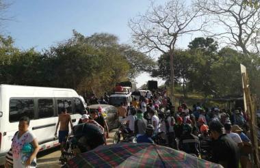 El domingo las personas esperaban para acceder a Playa Blanca.
