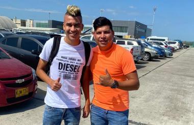 Víctor Cantillo posa para la foto en el aeropuerto Ernesto Cortissoz junto con Amir Cure.