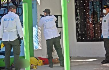 Miembros de la Sijín hicieron la inspección del cadáver en la terraza de una casa en el barrio Don Alberto.