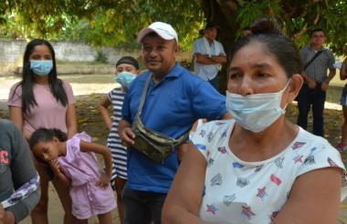 Pobladores aguardan a ser atendidos en la Institución Educativa de El Sitio, Sucre.