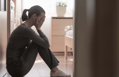 Se debe diferenciar la tristeza de la depresión, si bien es cierto que esta puede ser un síntoma de este trastorno sus consecuencias no son iguales.