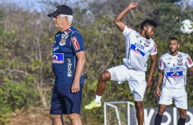 Julio Avelino Comesaña durante la práctica del viernes. Atrás Miguel Ángel Borja y Fredy Hinestroza.