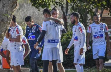 Leonardo Pico abrazando a Serje.
