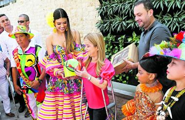 La reina del Carnaval de Galapa, Katina Rincón, obsequió una máscara a la gobernadora Elsa Noguera.