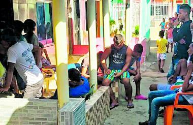 Varios vecinos reunidos en la vivienda de Luis Felipe Escobar en Tasajera.