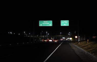 A oscuras sigue la Vía al Mar, en el tramo que comunica a Barranquilla con Puerto Colombia.