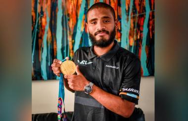 Cujavante posa con la medalla de los Panamericanos.