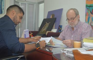 El secretario de Educación de Sucre, Francisco Sierra Paternina, y el rector de Unisucre, Jaime de la Ossa Velásquez, en la firma del convenio.