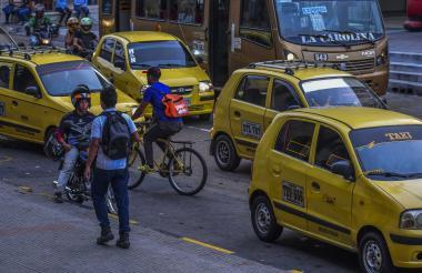 Taxis circulan por una vía de Barranquilla.