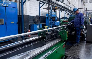 Obrero en una planta industrial de acero.