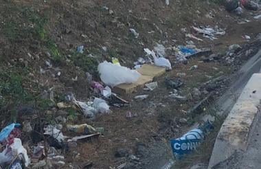 El canal está ubicado en la Avenida Circunvalar con calle 45 y se ha convertido en un punto para verter desechos.