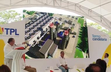 Miguel Pérez Ghysays, gerente de Termocandelaria, muestra una proyeccion de la expansión de la planta.