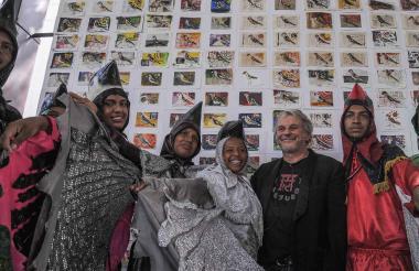 El artista plástico italiano Enrico Mitrovich junto a miembros de la danza El Imperio de las Aves.