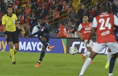 Luis 'Cariaco' González, de discreto partido, saca un remate ante la mirada de los defensores cardenales.