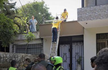 Momento en que funcionarios del Distrito intentan instalar la malla en la vivienda de Ana María Vadala.