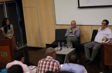 El economista Eduardo Lora (centro) participó en un conversatorio con el rector de la Universidad del Norte, Adolfo Meisel, en el que participaron estudiantes del programa de Economía.