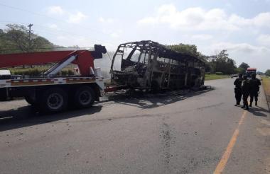 Así quedó el bus quemado por el ELN.