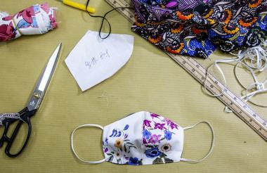 Enfrentados a la escasez en medio de un brote de virus, los hongkoneses han comenzado a hacer sus propias máscaras faciales, desde fábricas profesionales hasta costureras que producen cubiertas en máquinas de coser.