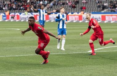 Jhon Córdoba celebrando uno de los dos goles que le marcó al Hertha de Berlín.