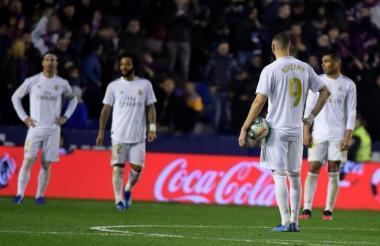 Los jugadores del Real Madrid reflejan su decepción y preocupación tras recibir el gol que finalmente significó la derrota.