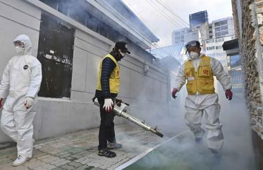 Un trabajador de la salud de Corea del Sur rocía desinfectante como parte de las medidas preventivas contra la propagación del coronavirus COVID-19.