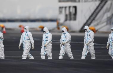 Personal experto en salud que atendió los casos de coronavirus registrados en un crucero, en Japón.