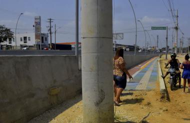 El muro no deja acceso para ningún vehículo. Y la ciclo ruta inconclusa con el poste a la mitad.