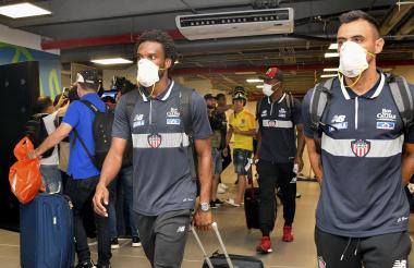 Los jugadores del Junior, Didier Moreno y Marlon Piedrahíta, usando tapabocas a su llegada a la ciudad.