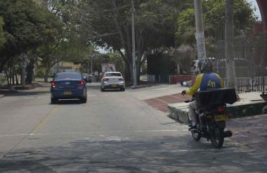 Un motorizado lleva un domicilio en un barrio del norte de Barranquilla.