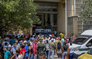 Manifestantes en la sede de la Alcaldía de Barranquilla protestaron ante la incertidumbre de la pandemia.