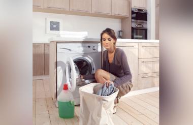 Si hay alguien enfermo en casa, además de usar detergente en su ropa, es importante que esta se lave al menos a 60ºC, para que el virus no pueda sobrevivir.