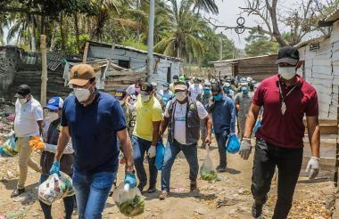 Funcionarios de la Alcaldía de Soledad llegan a un sector de Cabica para la entrega de os mercados.