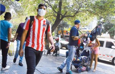 Un joven camina por una zona del centro de Barranquilla. Esta es la población más afectada por el virus.