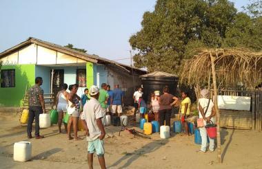 Habitantes del corregimiento de Santa Cruz se abastecen de agua potable.