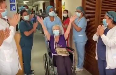La paciente británica sale de la clínica Medihelp en medio de aplausos.