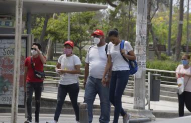 Ciudadanos caminan  por Barranquilla en el segundo día del 'pico y cédula'.