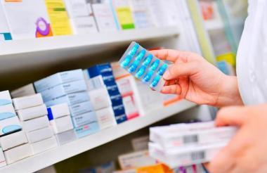 Una persona revisa algunos medicamentos.