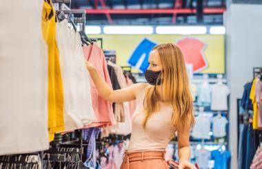 Las prendas flexibles, atemporales y básicas estarán entre las preferencias de los compradores. Zona de los archivos adjuntos