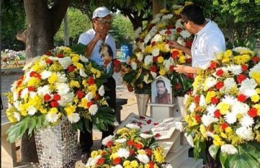 Su amigo Joaquín Guillén y su hermano Elver Díaz decoraron ayer la tumba del artista por orden de su hijo mayor, Rafael Santos.