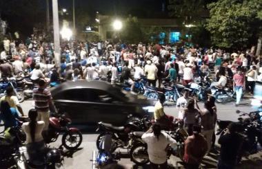 Una multitud esperando el cuerpo de Martín Elías a las afueras de Medicina Legal en Sincelejo.