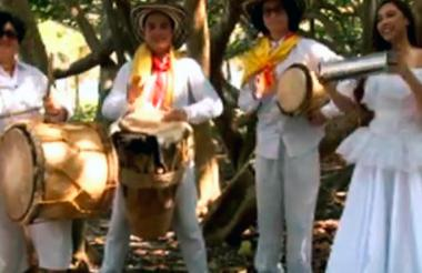 Carlos Insignares y su grupo en una imagen del video que circula en Youtube