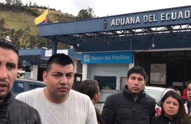 Ecuatorianos frente a una sede de Migración Ecuador.
